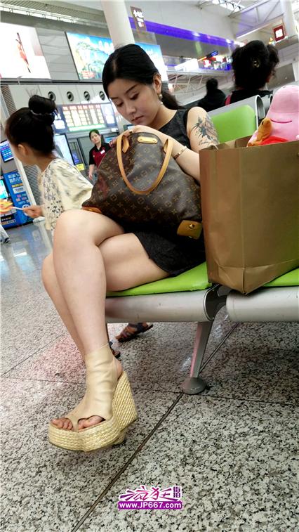 【已补档】4K视频!火车站候车的连衣短裙漂亮美少妇-770MB