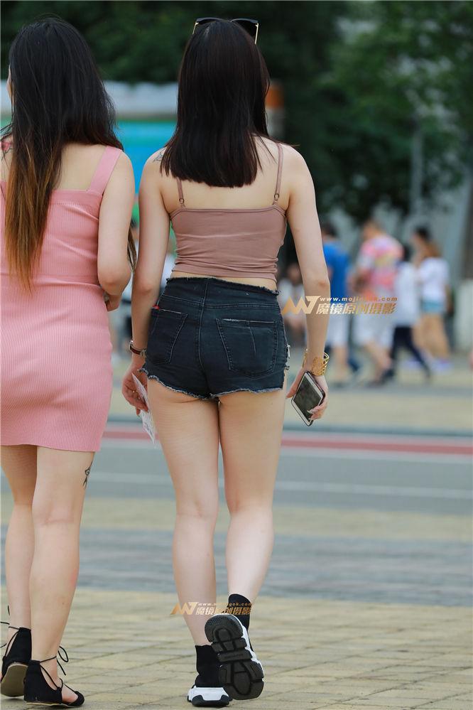 [街拍热裤系列] 【视觉冲击赛帖】美胸 勒紧热裤 性感美眉