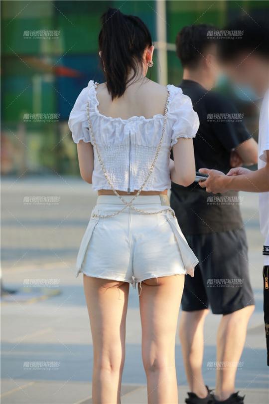 [街拍热裤系列] 【玻璃街拍】白色热裤Y Y女友