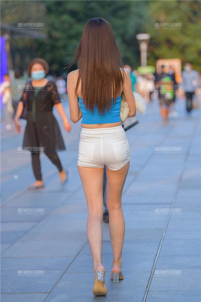 [街拍热裤系列] 长腿美女与白狐